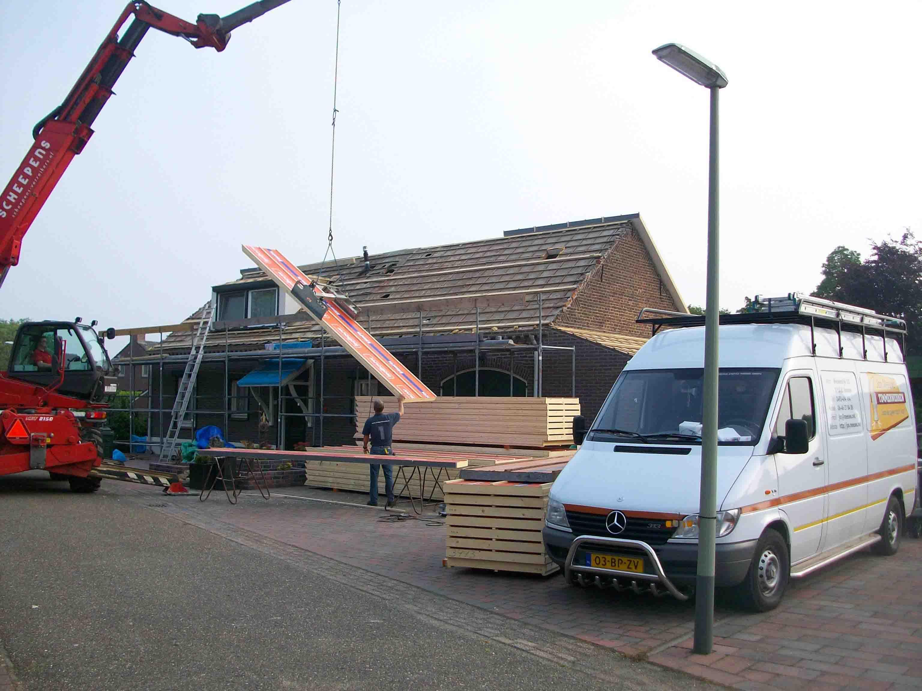 33 23-05-2012 De dakplaten worden m.b.v. de verreiker met een klem keurig op hun plaats gelegd.
